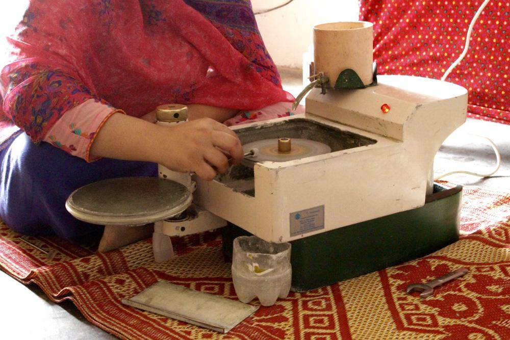 パキスタン・スワート渓谷・女性研磨職人