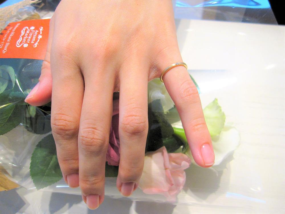 ご試着写真。シャンパンゴールドのピンキーリング(オーダーメイド)エシカルダイヤモンドを使用。エシカルジュエリー