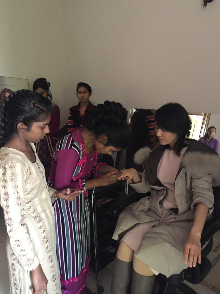 イスラマバードのNGOスラム女性の自立支援(ハンドマッサージ、ネイル)