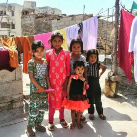 イスラマバードのスラムで出会った子供たち。