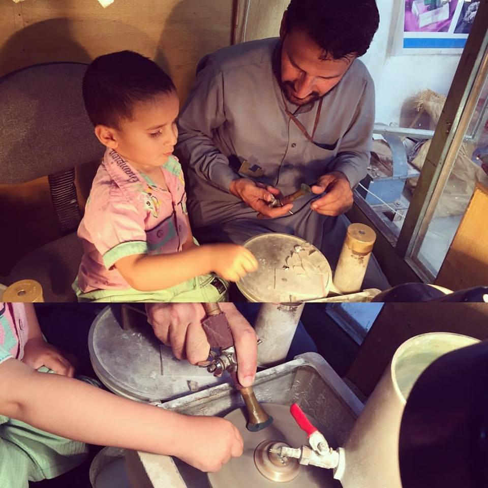 宝石研磨工房@スワート、パキスタン。研磨職人&子供と。