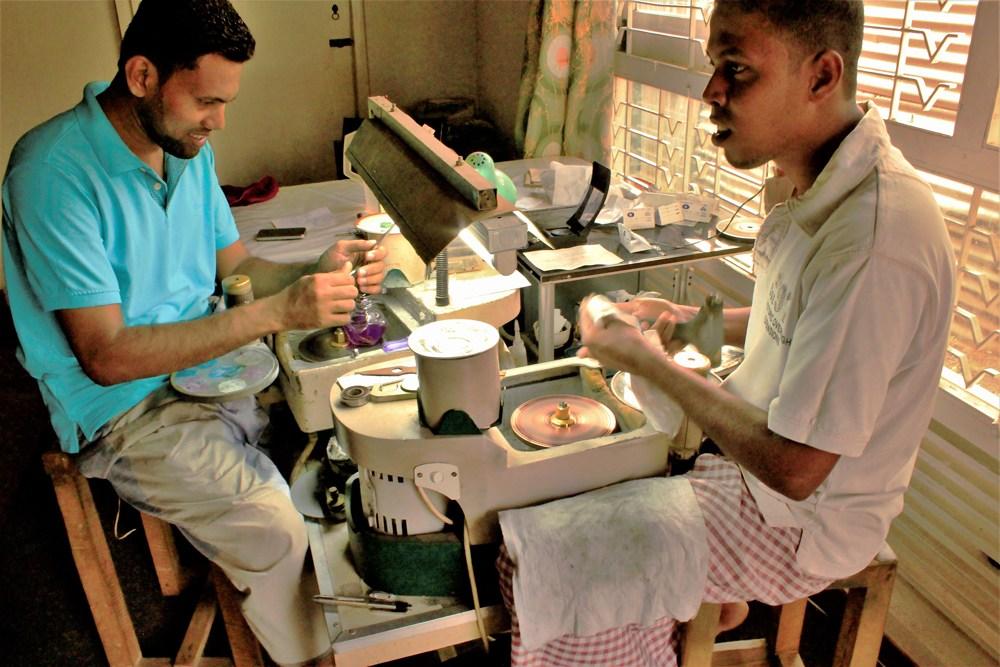 スリランカの研磨職人たち