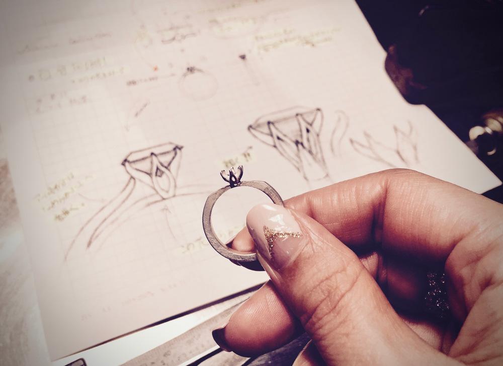 百合の花 エンゲージメントリング(婚約指輪)のデザイン