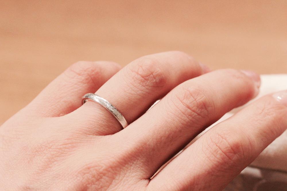 羽根模様が美しいデザイン〔結婚指輪〕試着・着用イメージ