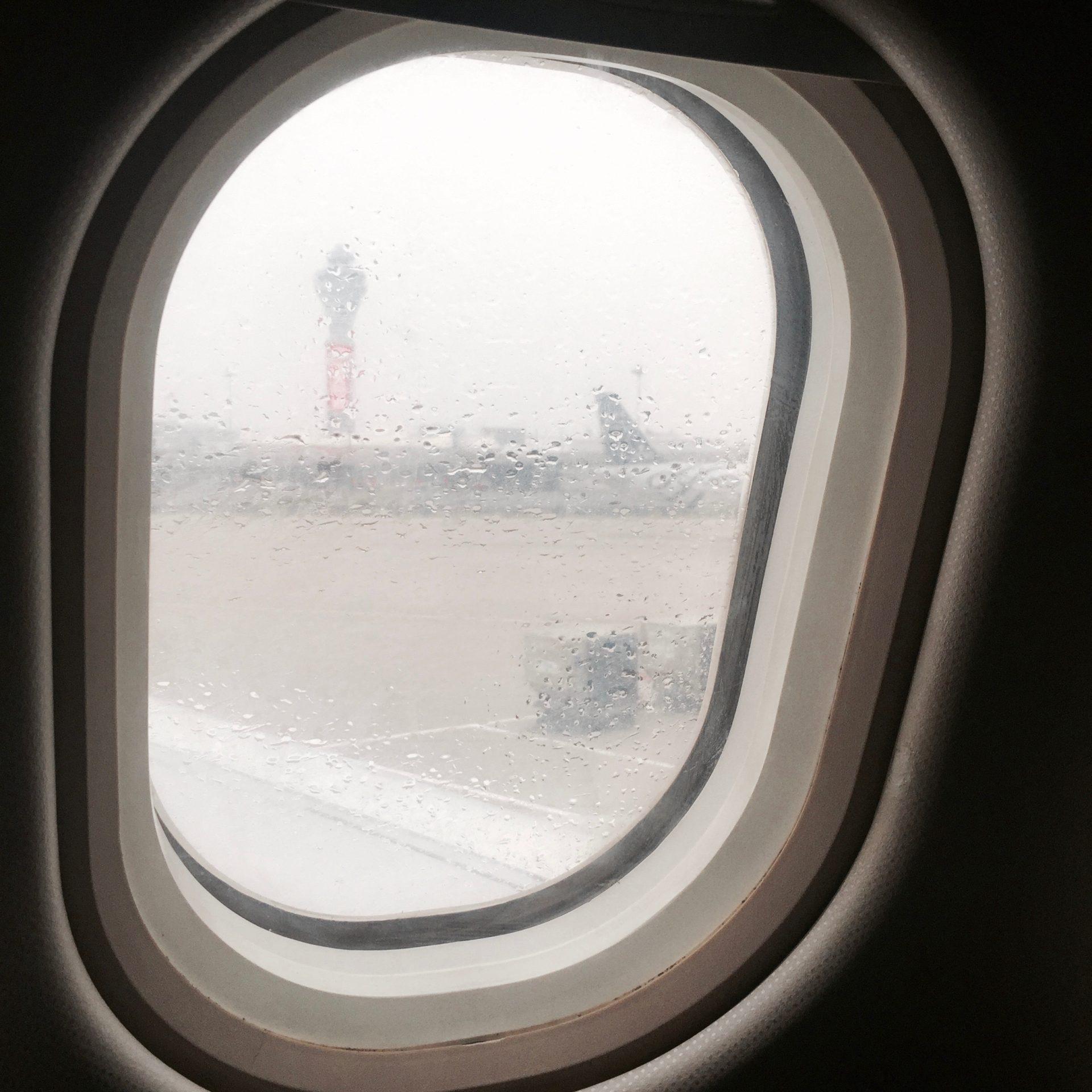 北京空港。雨。