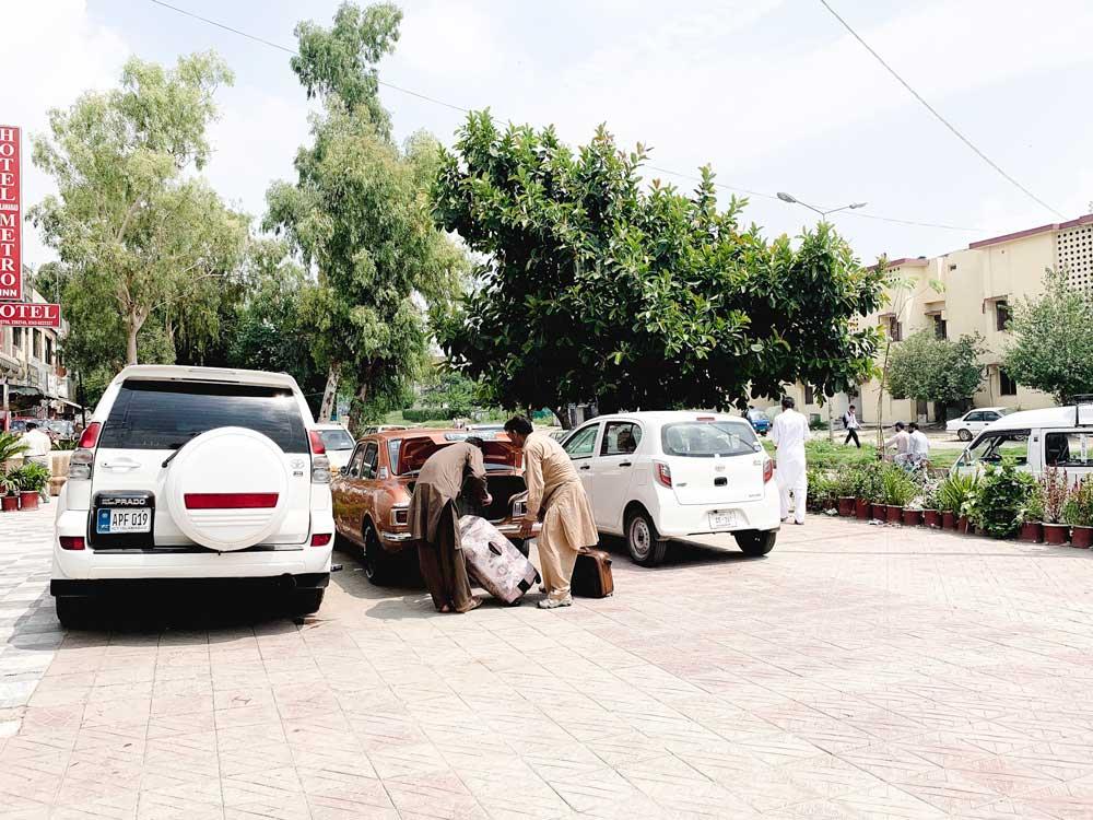 Islamabad Premiere Inn 駐車場でキャリーケース詰め込み中